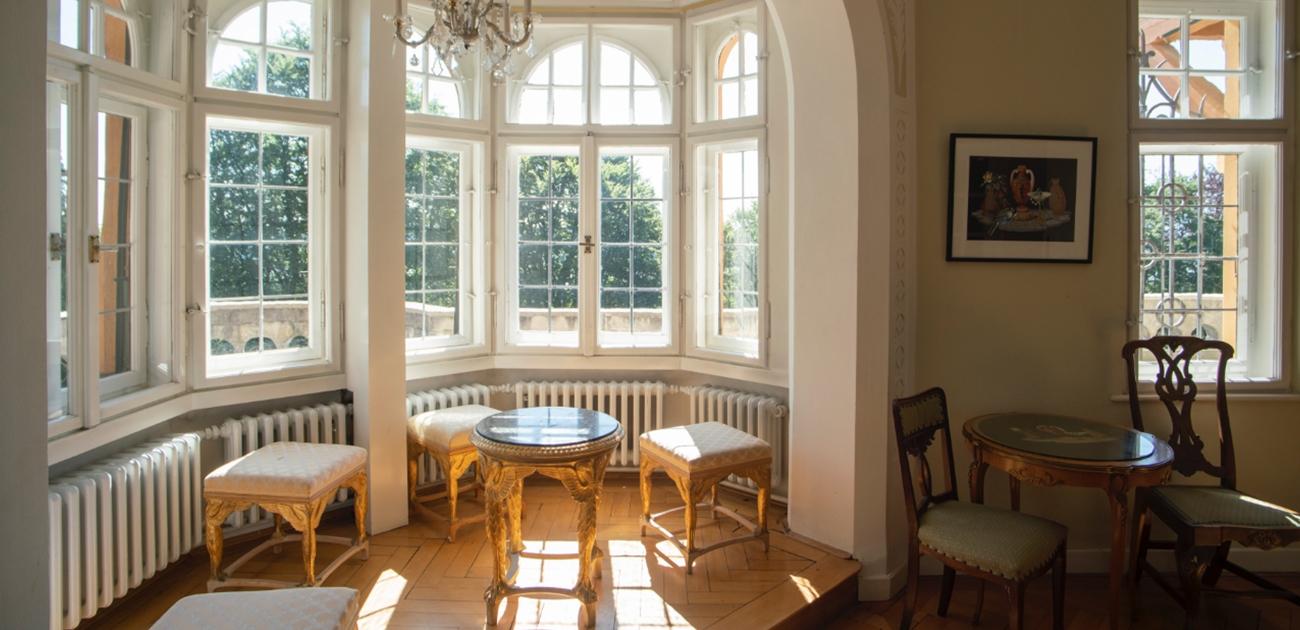 Das lichtdurchflutete Erkerzimmer in der Villa Waldberta mit Erker und Biedermeier-Möbeln