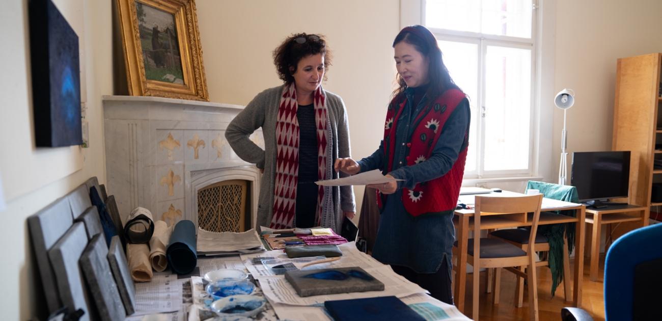 Mitarbeiterin Marie-Amélie Bauer und Stipendiatin Akzhibek Amankulova im Gespräch