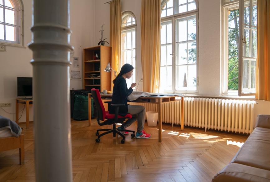Stipendiatin Yolanda Tabanera bei der Arbeit am Tisch in ihrem Apartement