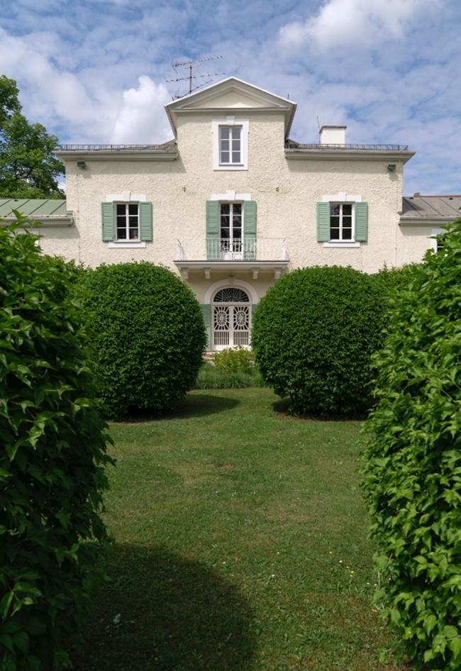 Das spätklassizistische Schlösschen Ebenböckhaus mit seinem französischen Garten im Vordergrund