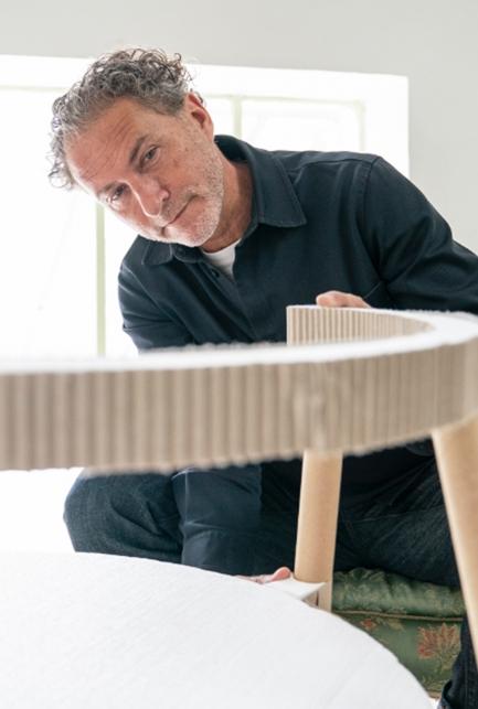 Stipendiat Werner Aisslinger mit einem seiner Designobjekten