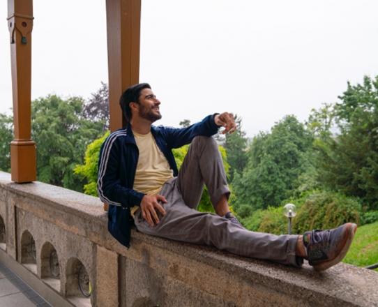 Stipendiat Bariş Seyitvan entspannt sich auf der Terrasse der Villa mit Blick auf den Starnberger See