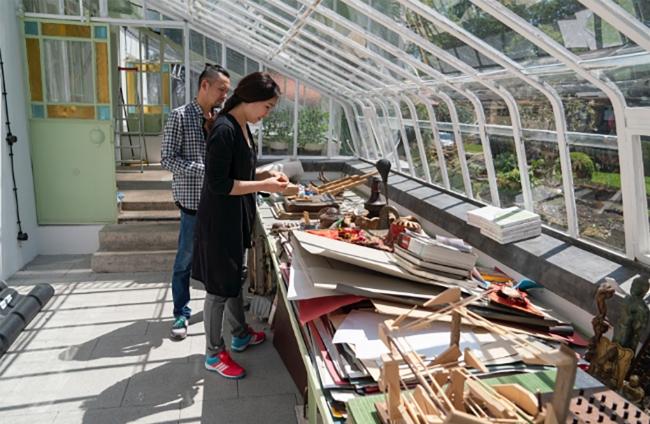 Die Stipendiat*innen Pablo Milicua und Akzhibek Amankulova im Palmenhaus