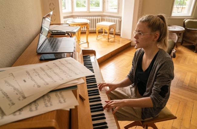 Stipendiatin Johanna Summerer spielt in ihrem Apartment in der Villa Klavier