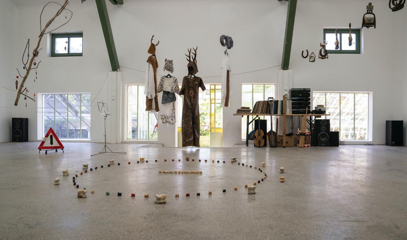 Ausstellung im großen Saal des Palmenhauses im Garten der Villa Waldberta