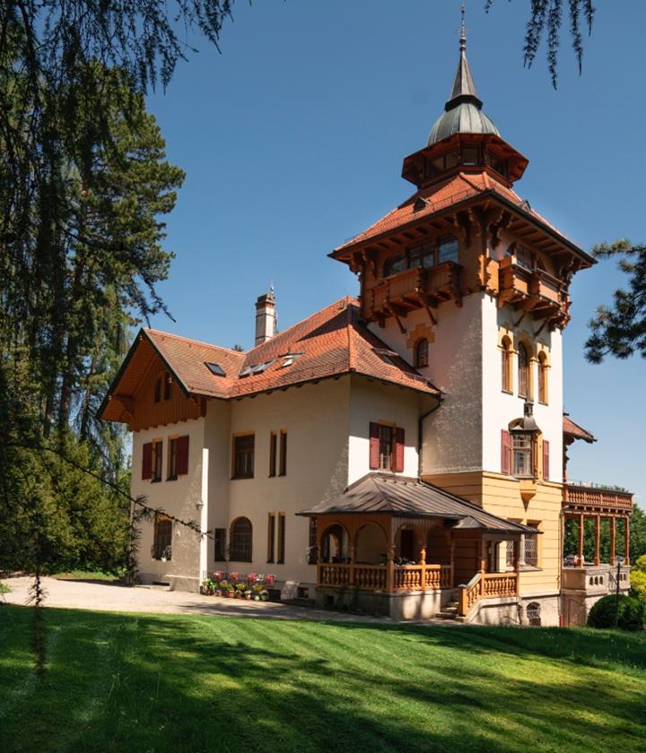 Die 1901/1902 erbaute Villa Waldberta an einem Sommertag
