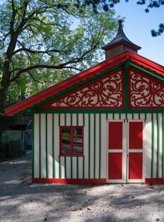 Das Chauffeurhaus, ein Holzbau im Garten der Villa Waldberta