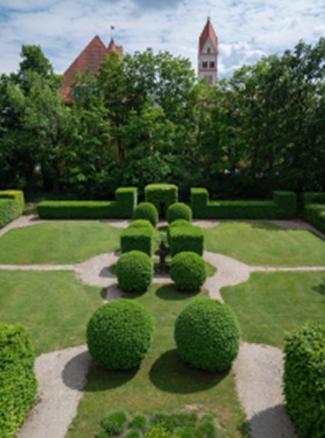 Französischer Teil Gartens des Ebenböckhauses mit seinen symmetrisch angeordneten Büschen